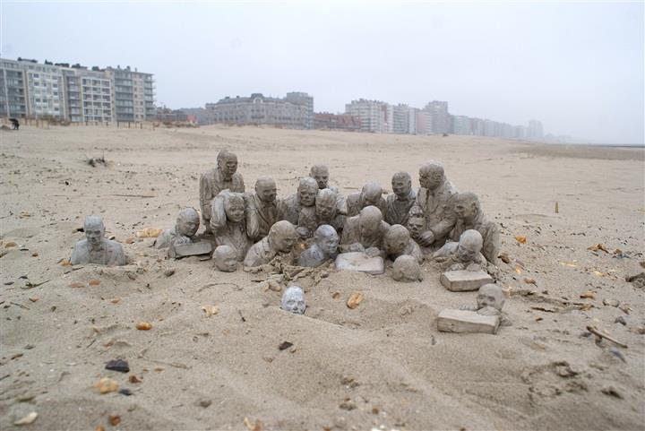 Isaac Cordal - miniature figures in sand